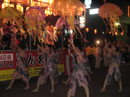 Sara - flickr - Jellyfish dancers in Hokkaido